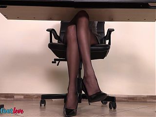 Look under the desk of this secretay and enjoy her shoeplay